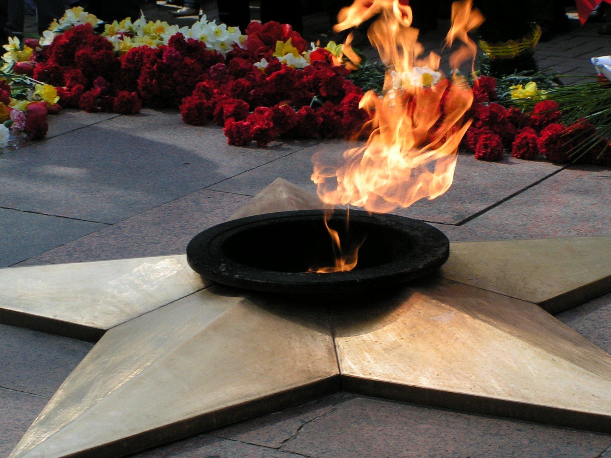 Расположенном на площади Революции, свое место на вечном огне вно…