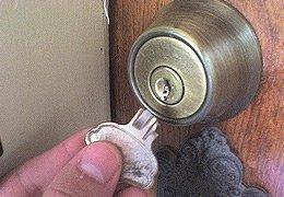 Вторая причина, взлом дверей производится при наличии в замочной
