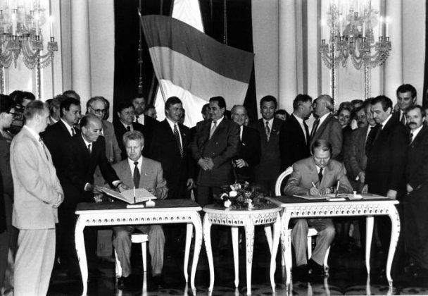 Архивные фото: как 16 лет назад Украина получила Конституцию - фото - ТСН.ua