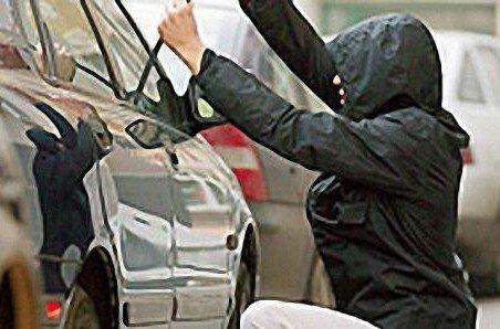 USB-флешка, парфуми та зарядне поцупив 15-річний закарпатець, розбивши скло в авто