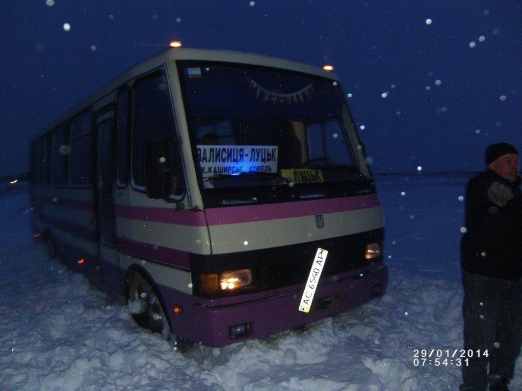 """Результат пошуку зображень за запитом """"автобус у сніговому заметі"""""""