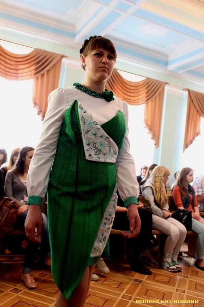 А колекцію сучасного вбрання з елементами традиційного декорування  «Волинські мотиви» показали учні виробничого навчання швейного відділення  Волинського ... d53b7cc92d5a9