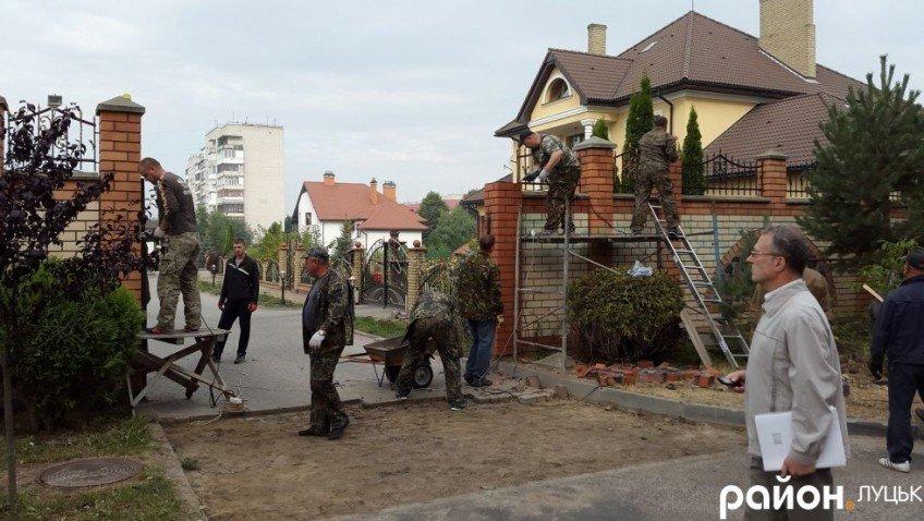 У Луцьку активісти розбирають паркан навколо елітної забудови 6190681354022