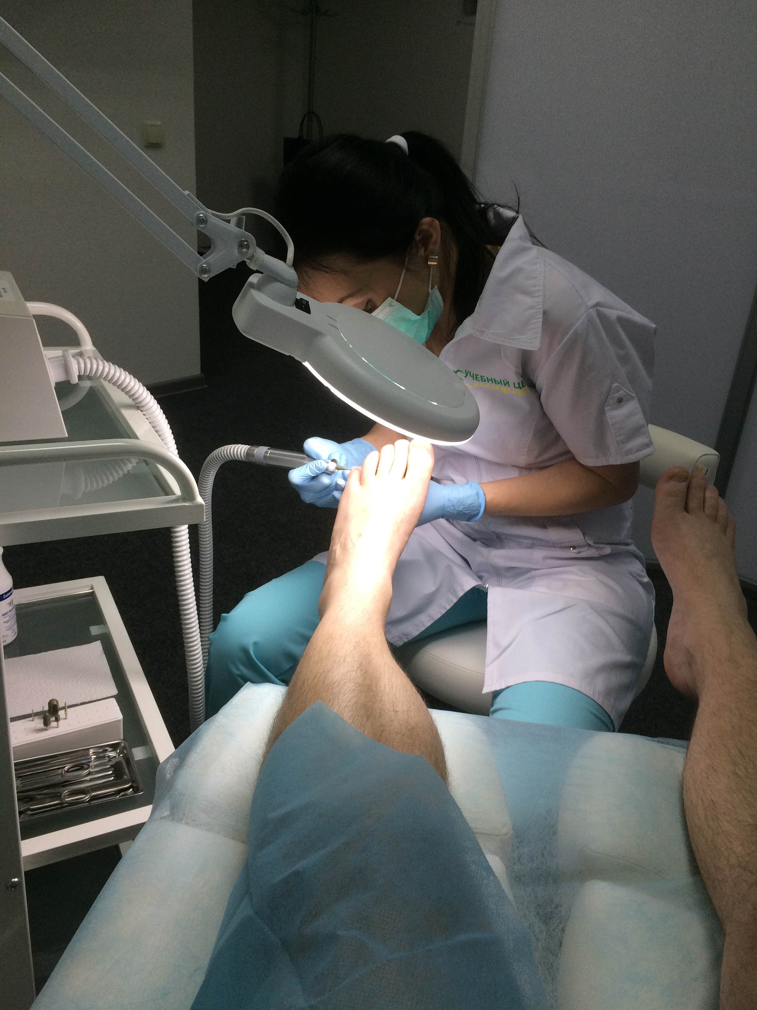 fba5d9d1084af0 Апаратний педикюр не передбачає замочування ніг, стопу обробляють засобами,  які готують шкіру для обробки спеціальним апаратом.