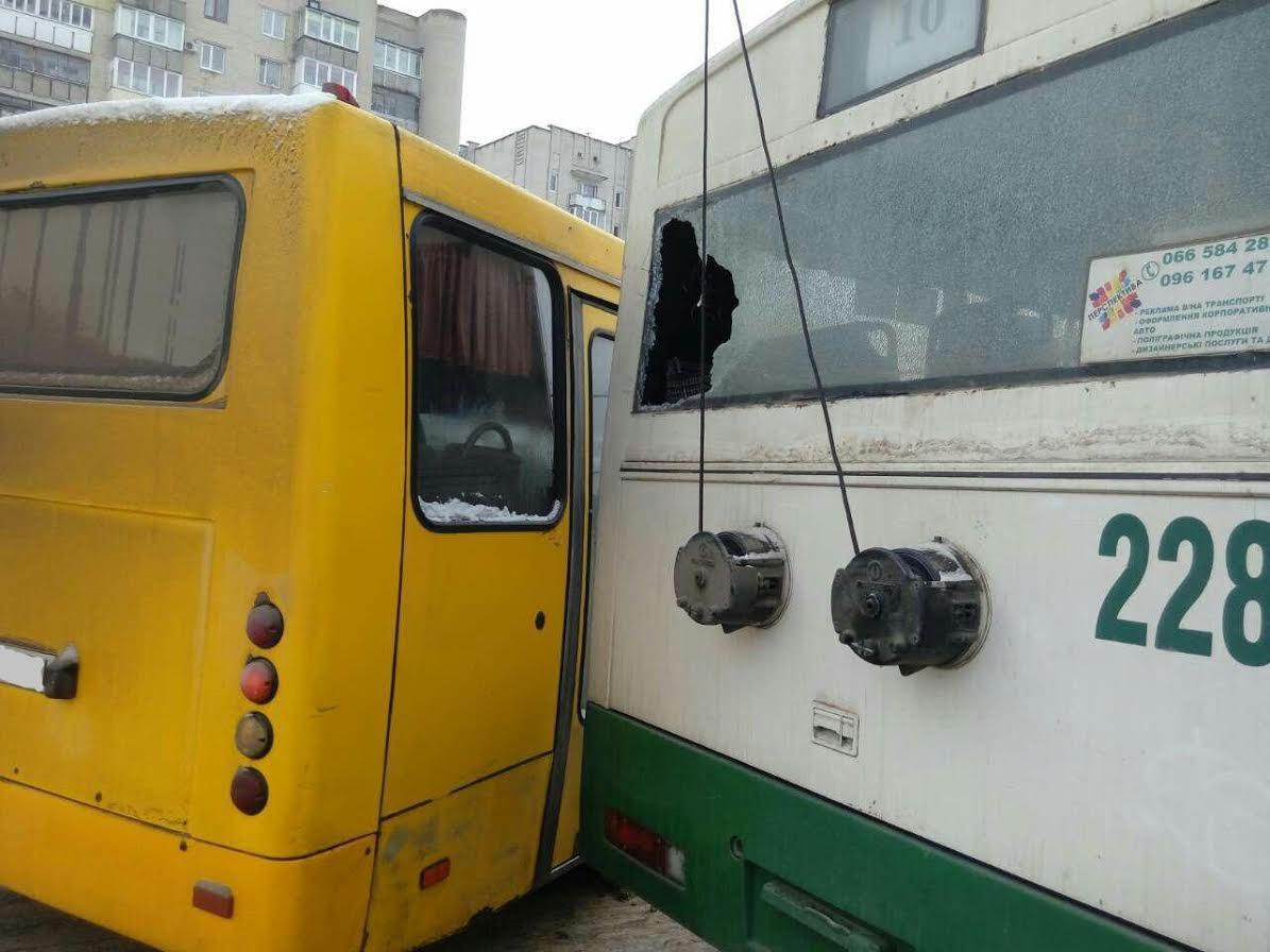 "Результат пошуку зображень за запитом ""зіткнулися тролейбус та маршрутка"""