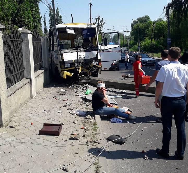 Аварія вЛуцьку: маршрутка в'їхала встовп, госпіталізували 10 осіб