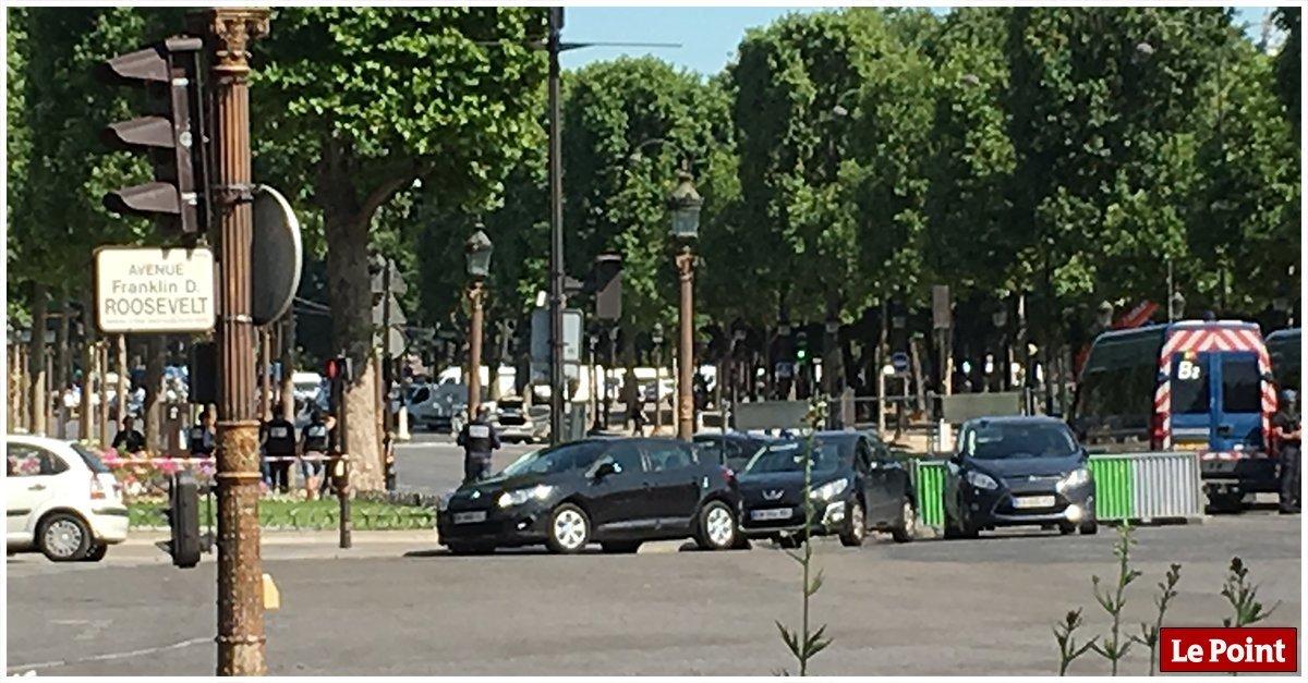 УПарижі автомобіль в'їхав уполіцейський фургон— підозрюють теракт