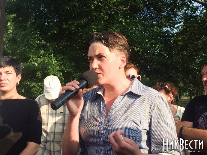 Савченко закидали яйцями під час візиту уМиколаїв