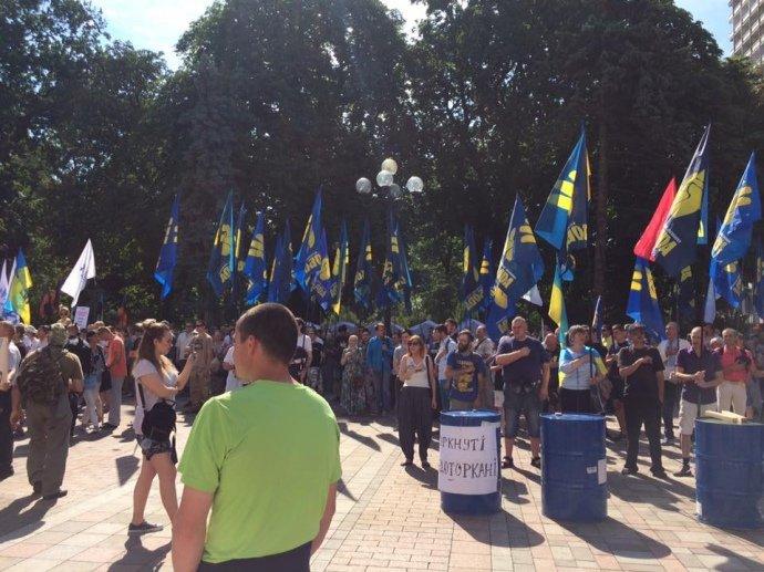 Під Радою вимагають скасування депутатської недоторканності, протестувальники підпалили димові шашки