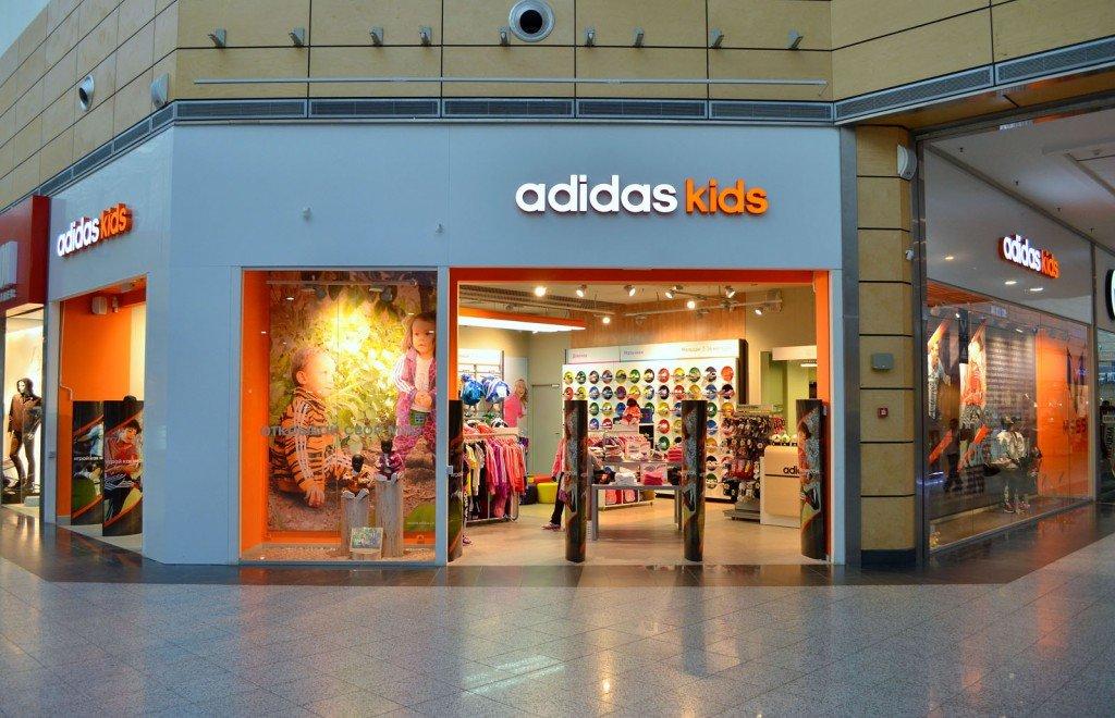 Adidas закриє ще160 магазинів наРосії через санкції