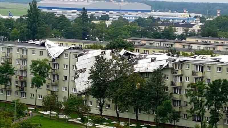 Потужні урагани вПольщі: знеструмлені будинки і повалені дерева, є жертви