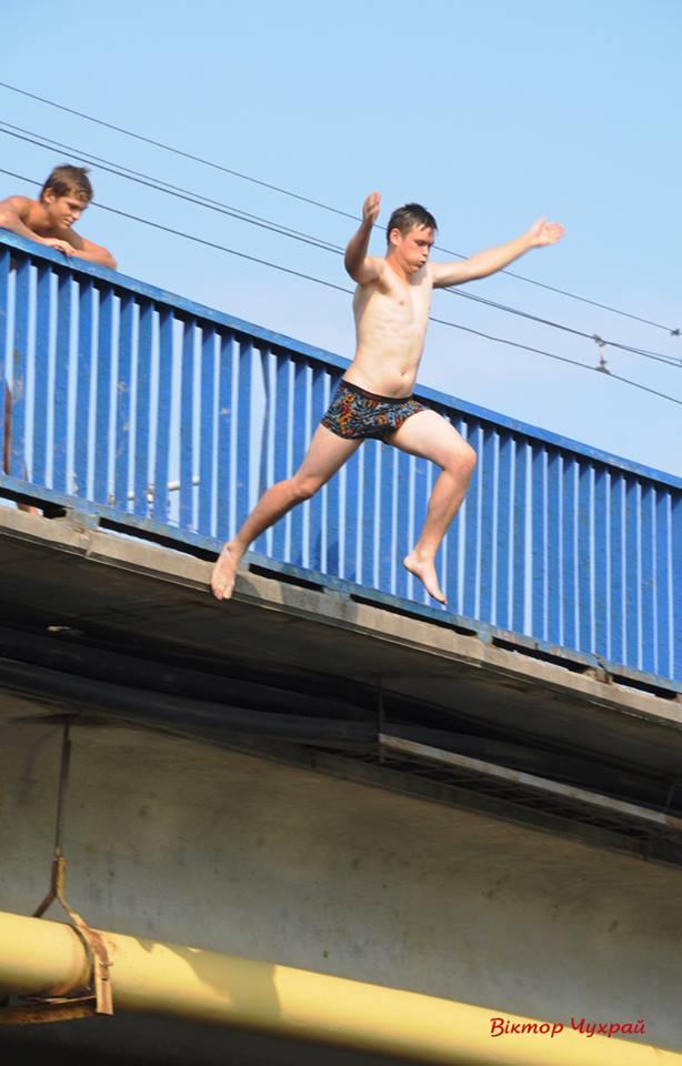 В Галичі рятувальники завернули групу підлітків, які збирались стрибати у Дністер із пішохідного мосту