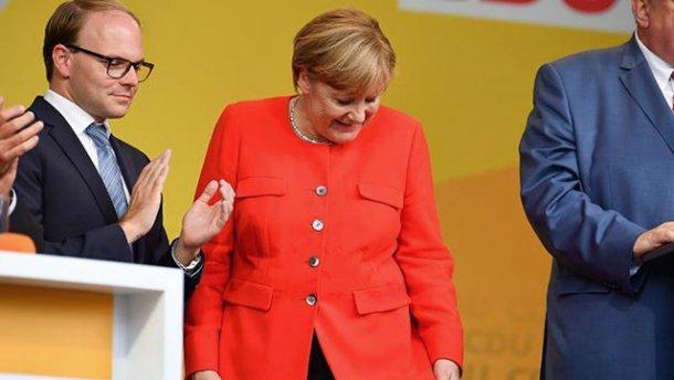 УМеркель кинули помідори під час виступу