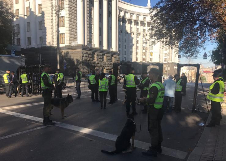 Страйк медиків: Центр Києва паралізований, анавулиці вийшли тисячі правоохоронців