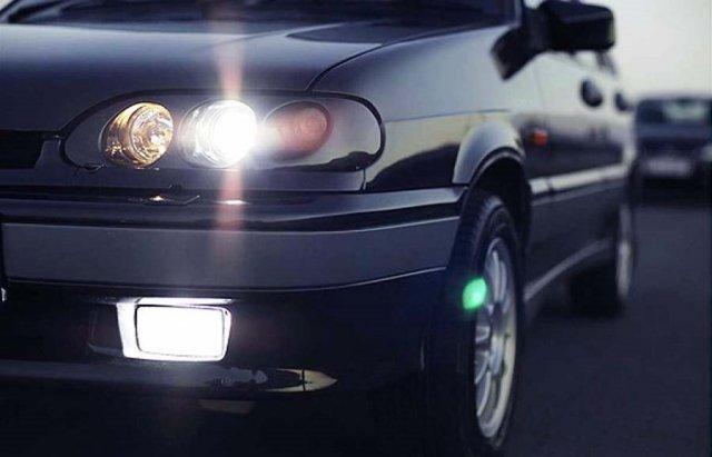 Поліція нагадує водіям про необхідність вмикати ближнє світло фар