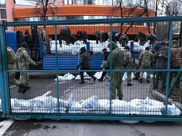 Люди вбалаклавах заблокували редакцію телеканалу NewsOne вКиєві