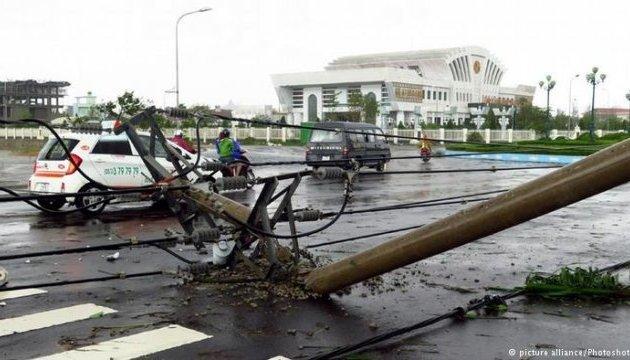 У В'єтнамі евакуювали сотні тисяч людей через шторм Тембін