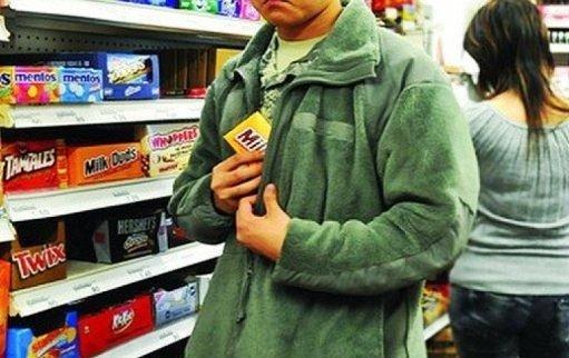 Калушанин в магазині вкрав коробку цукерок