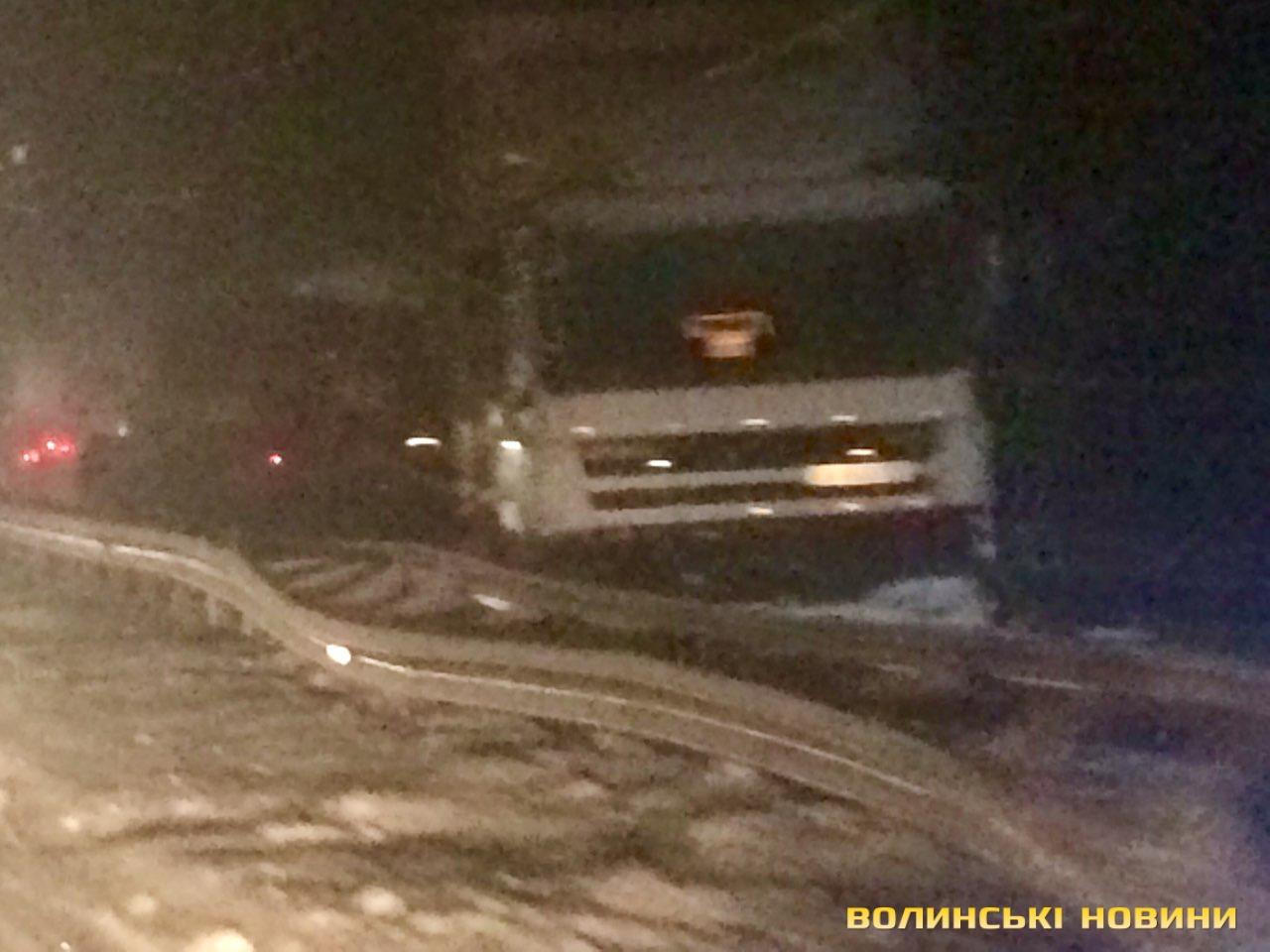 На трасі Луцьк-Рівне десятки авто стоять у заторі 36fb2082028f4
