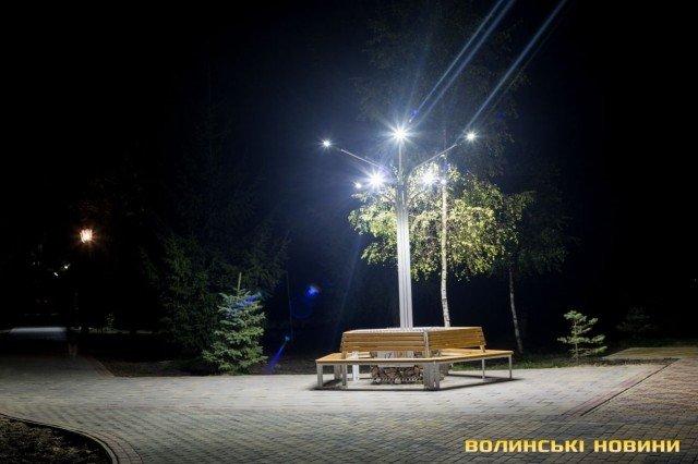 Просять впізнати вандала, який повиламував ліхтарі у центральному парку. ВІДЕО