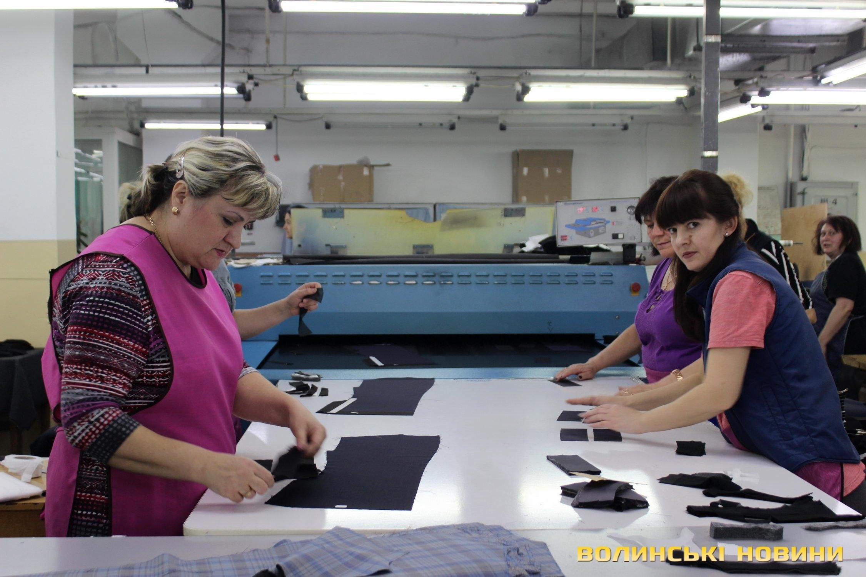 21ef8750f3d87d «Говорять, що пошиття одягу – це легка промисловість. Насправді вона зовсім  не легка, тому що потрібно 8 годин сидіти й уважно працювати, бо продукція  ...