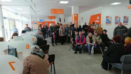 Змушені годинами чекати у черзі: чому у Луцьку не можна подати показники за газ