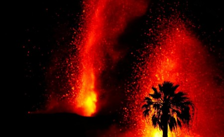 На Канарах з новою силою вивергається вулкан: в небо б'ють фонтани лави. Відео