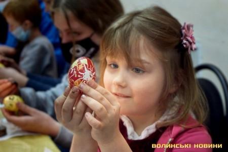 Писанку творять не руки, а душа: у Луцьку запрацювала «Великодня майстерня». Фото, відео