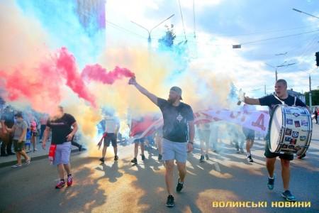 Фаєри, дим та «бомби»: ультрас «Волині» пройшли маршем у центрі Луцька. Фоторепортаж