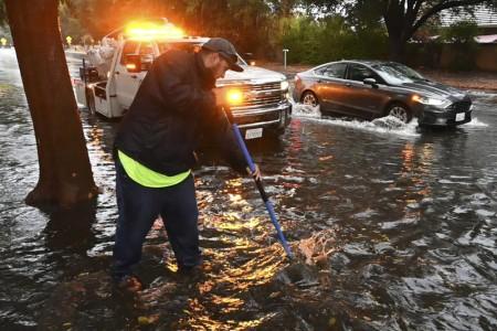 Каліфорнію накрив шторм: двоє загиблих та сотні тисяч будинків без світла