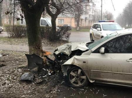 На Волині автомобіль врізався в дерево: двоє пенсіонерів – у лікарні з важкими травмами