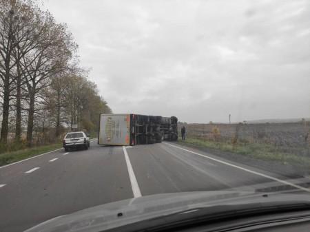 На Волині перекинулась вантажівка. Фото - volynfeed.com