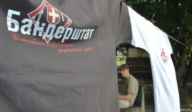 На ярмарку торгували футболками з патріотичними та сміливими написами.  Окремі учасники одягли такі заздалегідь. 574049ece1291