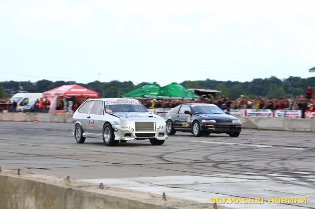 Срібний ВАЗ 2108 та Honda