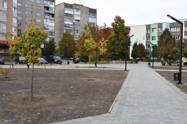 Біля школи №26 у Луцьку завершили облаштування скверу. Фото