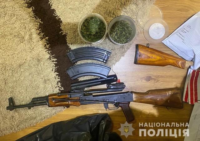 У волинянина вдома знайшли зброю, наркотики та бурштин. Фото