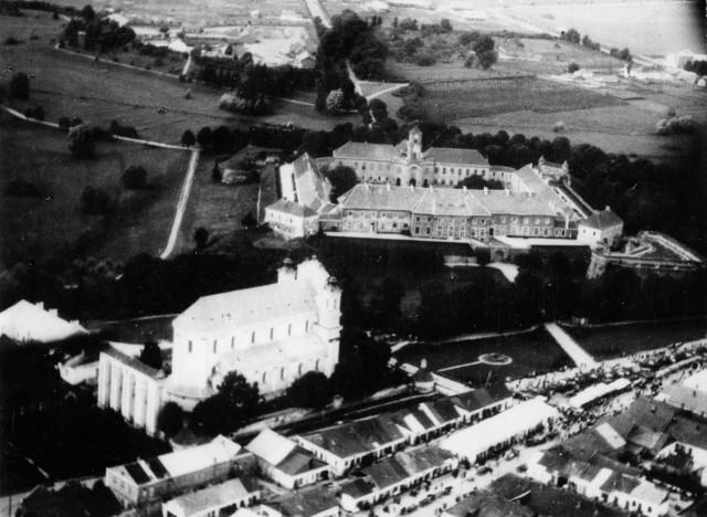 Вид на містечко Олику, костел та замок, 1930-ті роки