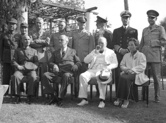 Генерал де Віарт (верхній ряд, крайній справа), Вінстон Черчилль (нижній ряд, у центрі), конференція в Каїрі, 1943 р.