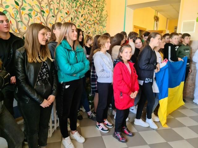 Учні волинського ліцею передали на схід гостинці для військових