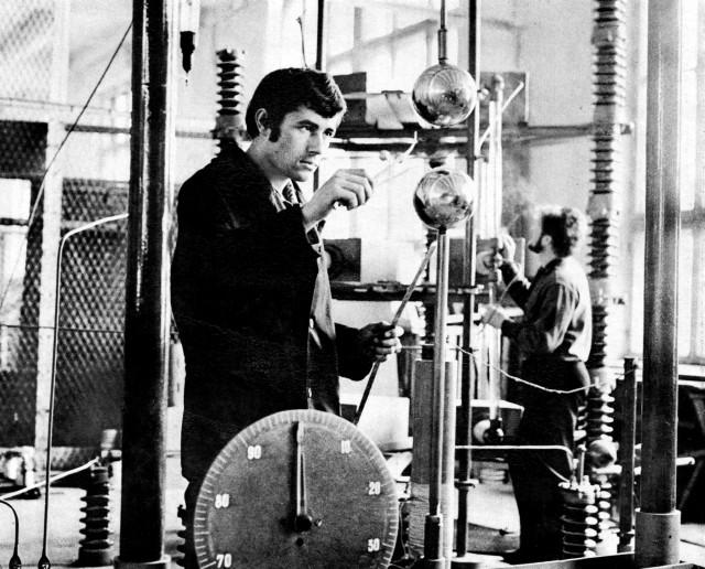 У випробувальній лабораторії високовольтних вимикачів Рівненського заводу високовольтної апаратури