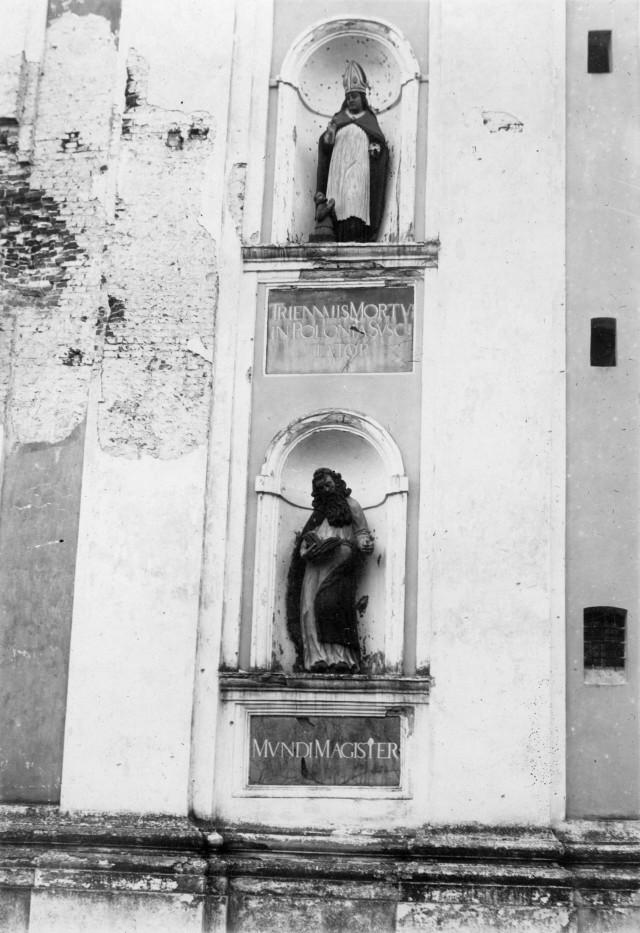 Скульптури на фасаді костелу, фото до 1945 р.